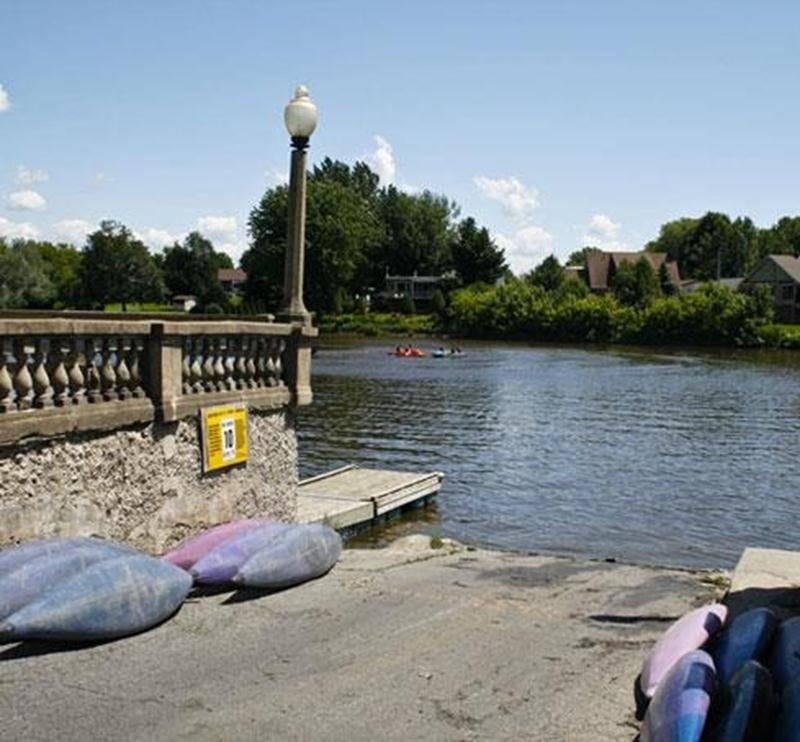 Le Centre nautique, situé au 3198, rue Girouard Ouest (près de la porte des Anciens Maires) vous accueille du 15 juin au 25 août entre midi et 19 h. Vous pouvez découvrir la rivière Yamaska en louant un canot, un pédalo, un kayak ou une chaloupe sans moteur pour 6,12 $ l'heure (avec carte « Accès-Loisirs ») et 9,18 $ (sans carte « Accès-Loisirs »). Vous pouvez également faire une balade en ponton et parcourir la rivière jusqu'à Saint-Césaire. Le tarif inclut le capitaine : 38,72 $ (plus taxes) l