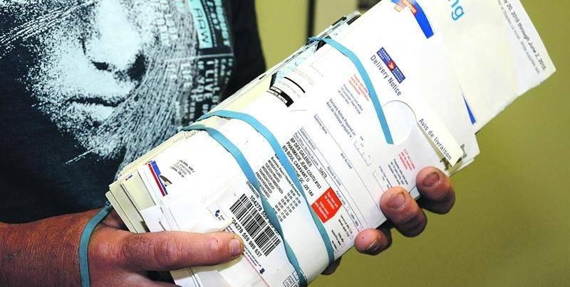 Un citoyen a trouvé ce paquet de lettres dans son bac de recyclage. Photo François Larivière | Le Courrier ©