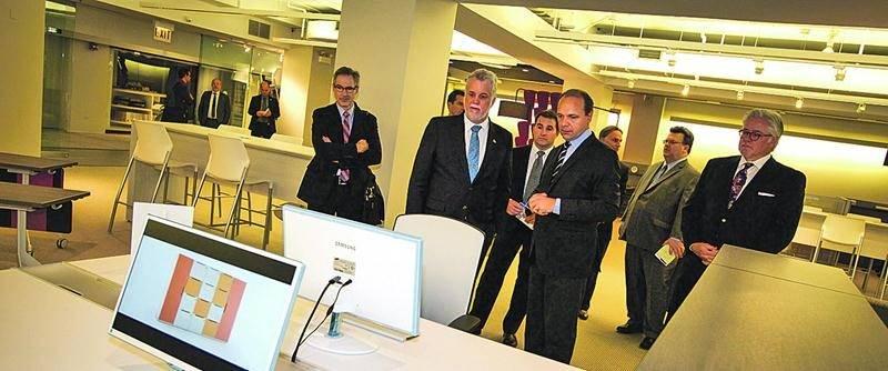 Le 30 octobre, le premier ministre du Québec, Philippe Couillard, a rencontré le président du Groupe Lacasse, Sylvain Garneau et l'administrateur et copropriétaire du Groupe Lacasse, Robin Lacasse. Il a également visité les deux salles de montre du Groupe Lacasse situées dans le prestigieux Merchandise Mart à Chicago.