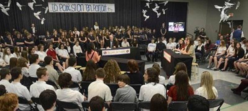 Les jeunes de l'école secondaire Saint-Joseph ont été sensibilisés sur l'estime de soi et le choc post-traumatique dans un décor inspiré de l'émission «Tout le monde en parle».