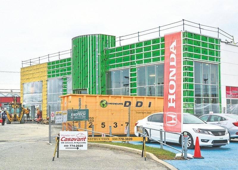 Les travaux de rénovation et d'agrandissement vont bon train chez le concessionnaire Honda de Saint-Hyacinthe. Photo François Larivière | Le Courrier ©