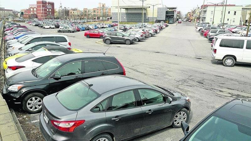 Selon la SDC, créer un stationnement étagé à même le stationnement du Centre des arts Juliette-Lassonde règlerait un gros problème au centre-ville. Photo François Larivière | Le Courrier ©