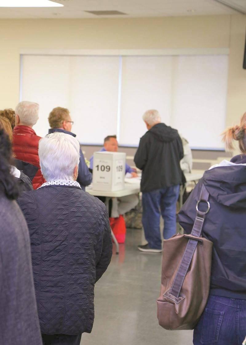 Le vote par anticipation de dimanche, au centre communautaire Douville. Le conseiller sortant André Beauregard (au centre) s'y représentait lui-même comme candidat à une table de votation. Photo Robert Gosselin   Le Courrier ©