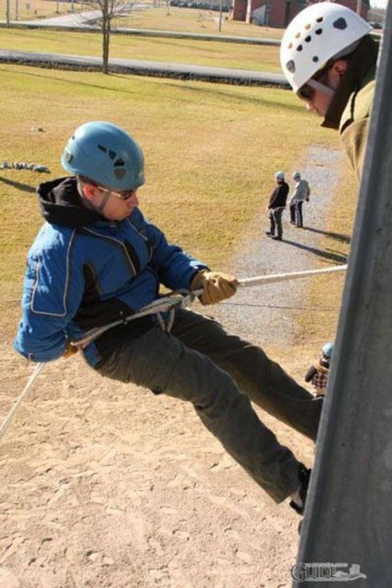 Le samedi 22 octobre, les cadets de l'air participeront à une activité de « descente en rappel » à Farnham, organisée par l'Escadron 953 des cadets de l'air de Saint-Hyacinthe. Cette activité est l'une des nombreuses activités offertes à ceux et celles qui veulent faire partie d'un groupe de jeunes dynamiques et impliqués dans leur communauté. Les cadets de l'air, âgés de 12 à 18 ans, t'attendent le mercredi, dès 19 h, au manège militaire de Saint-Hyacinthe. Si tu es intéressé, communique avec n
