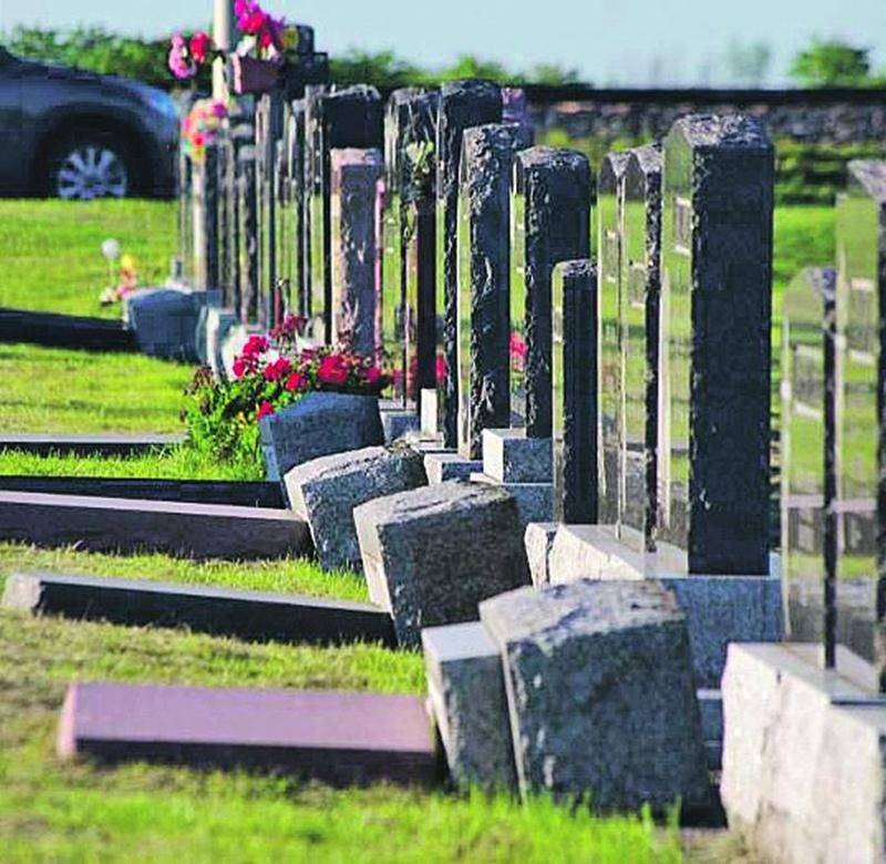 Les marguillers ont trouvé les pierres tombales renversées samedi matin. Photo Dominique St-Pierre