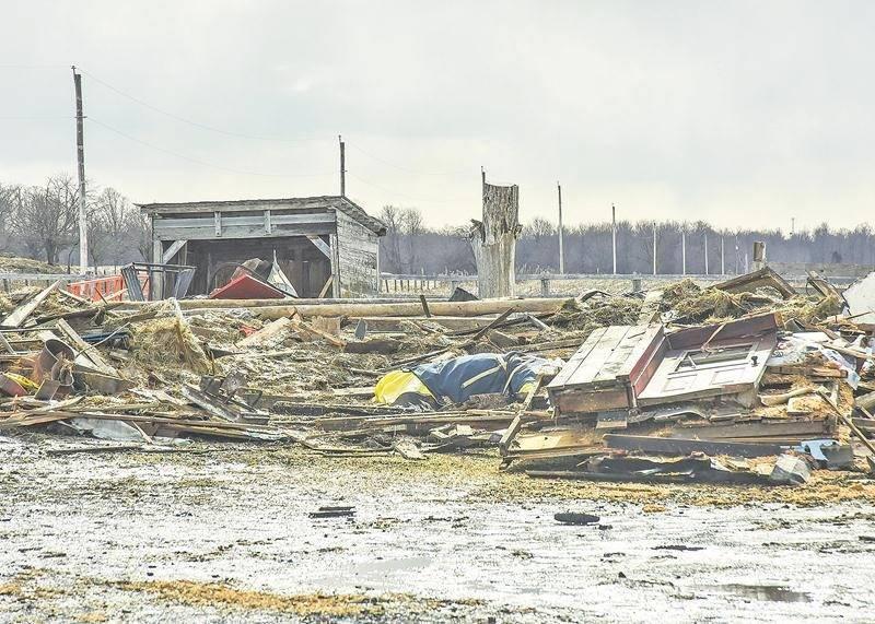 Il ne reste que des débris de l'écurie où a péri un cheval à la suite d'un incendie.  Photo François Larivière | Le Courrier ©