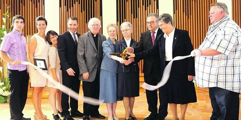 La symbolique coupe du ruban a conclu l'inauguration de la Maison d'Élisabeth. Photo Robert Gosselin | Le Courrier ©