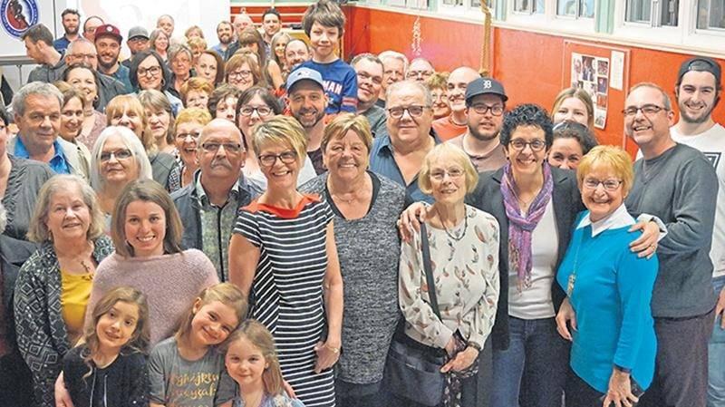 Toujours fière de ses origines, Danielle Goyette (écharpe mauve) a partagé de nombreux souvenirs avec les gens de Saint-Nazaire d'Acton lors de récentes retrouvailles.