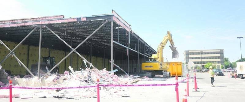 Les travaux de démolition vont bon train sur le site des Galeries St-Hyacinthe. Photo Robert Gosselin | Le Courrier ©