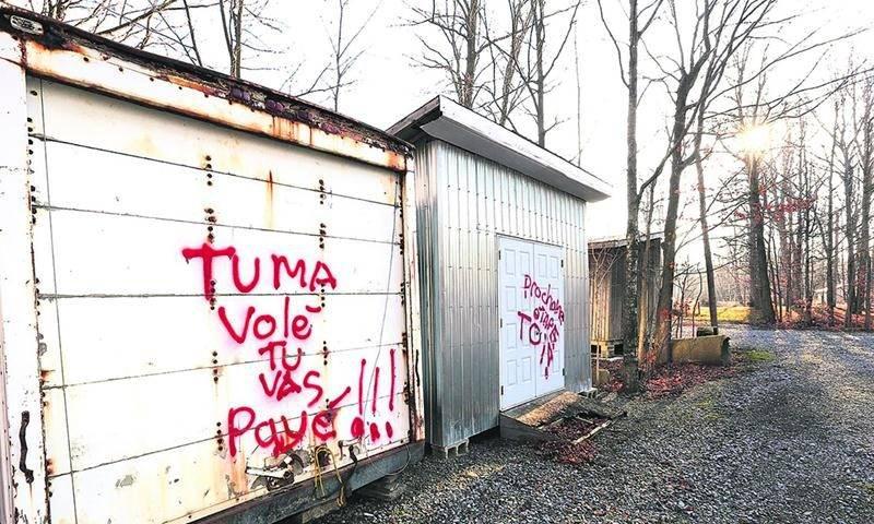 Des menaces à l'endroit de Christian Benoit ont été peintes à divers endroits sur les installations de l'érablière. Photo Robert Gosselin | Le Courrier ©