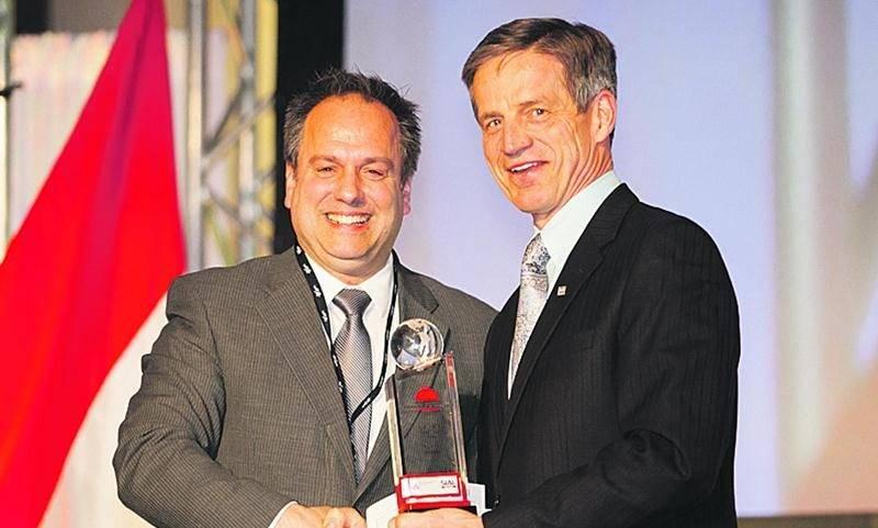 Sur la photo, dans l'ordre habituel, Sylvain Blais, directeur des ventes chez Olymel, reçoit le prix de l'Entreprise exportatrice canadienne 2015des mains deJohn Geurtjens, directeur senior à Financement agricole Canada.