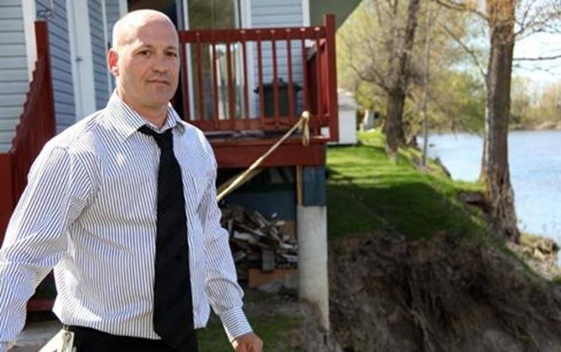 Daniel Melançon attend l'aval de sa banque pour procéder à la démolition de sa maison.