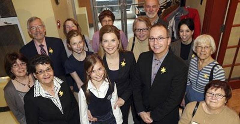 La Société canadienne du cancer - section Saint-Hyacinthe, avec sa présidente d'honneur Dre Lise Faucher (au centre), espère atteindre 55 000 $ en don dans le cadre des journées de la jonquille.
