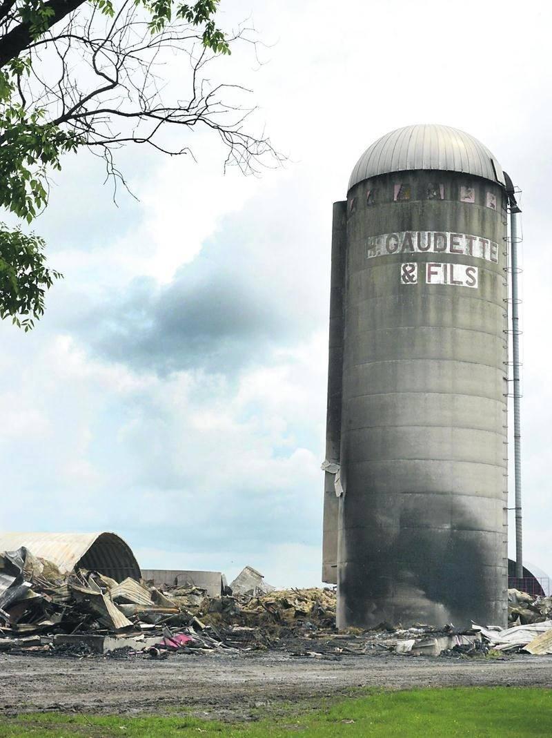 Au lendemain de l'incendie, il ne restait plus rien de l'étable qui abritait plus de 235 vaches laitières à la ferme des Gaudette. Photo François Larivière | Le Courrier ©