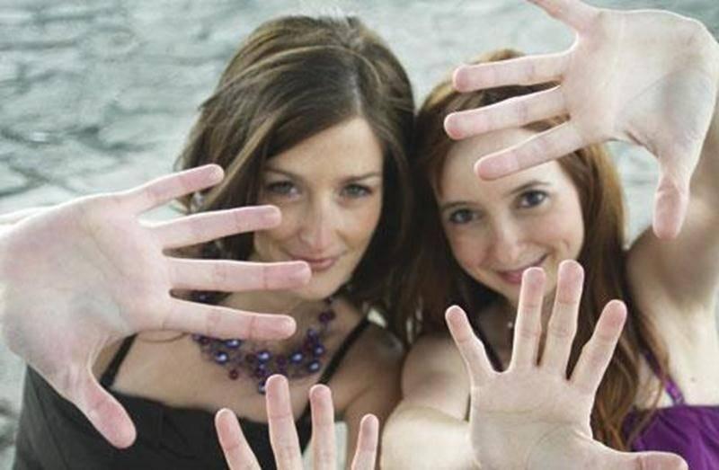 Deux têtes, quatre mains, vingt doigts, un piano et un intérêt commun : initier le public à la musique de chambre.