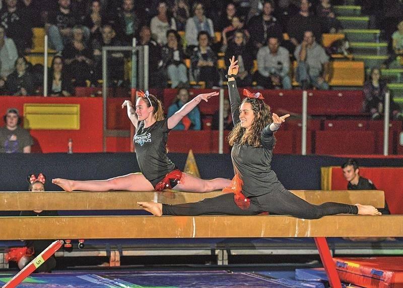 Une belle démonstration de flexibilité de la part de ces deux gymnastes.