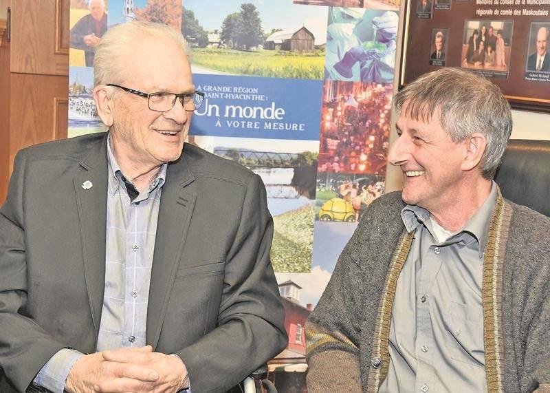 Malgré les apparences, le dossier de regroupement n'a pas encore favorisé de rapprochement entre les maires Simon Lacombe (à gauche) et André Lefebvre.
