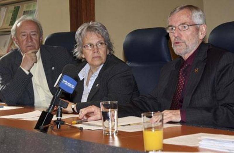 Le maire de Saint-Hyacinthe était accompagné des conseillers Donald Côté et Brigitte Sansoucy pour annoncer les décisions du conseil concernant le réseau d'égout.