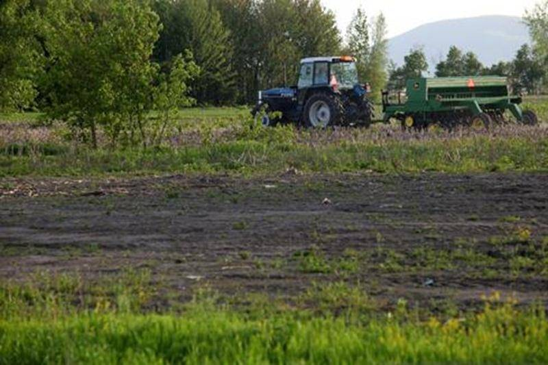 Les retards dans les semis ne semblent pas affecter les ventes de machinerie agricole pour l'instant.