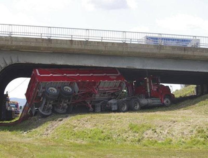 Un poids lourd s'est retrouvé coincé sous le viaduc Laframboise, mardi.