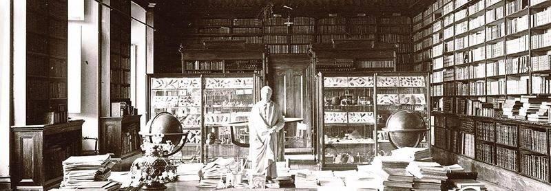 La bibliothèque des prêtres, vers 1911, avec son décor peint par Joseph Richer. Centre d'histoire de Saint-Hyacinthe. CH001/S13/SS1/SSS4/D2/P001.