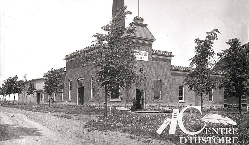 L'aqueduc municipal construit en 1897, photographié au début du XXe siècle. Collection Centre d'histoire de Saint-Hyacinthe, Studio B.J. Hébert, CH085.