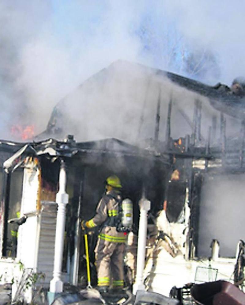 En fouillant les débris, les pompiers ont remarqué que des éléments combustibles auraient été posés trop près d'un poêle à bois. Photo Dominique St-Pierre | zone911