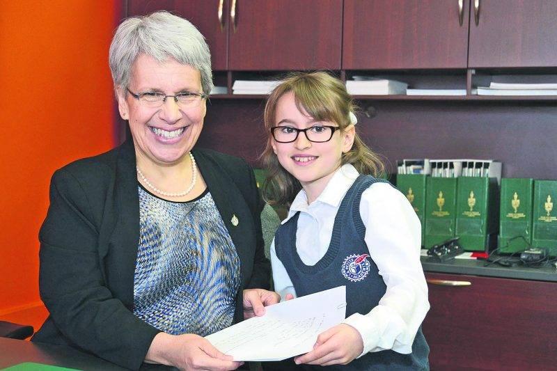 Laurie-Ève Rhéaume remet officiellement la lettre qu'elle a écrite à la députée Brigitte Sansoucy. Photo François Larivière | Le Courrier ©