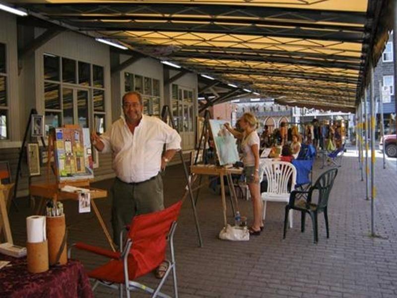 Près d'une quinzaine d'artistes et d'artisans se sont installés chaque samedi pendant la saison estivale à la place du marché.