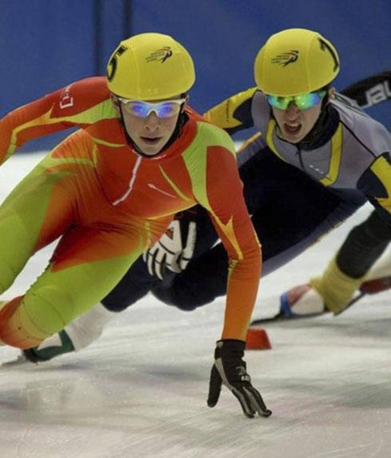 Olivier Godin (à l'avant plan), lors du championnat québécois de patinage de vitesse courte piste.
