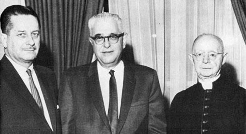 Tout au long de sa carrière, Harry Bernard (au centre) aura reçu de nombreuses distinctions saluant son talent d'auteur. Il pose entouré de Daniel Johnson, député et premier ministre du Québec et Mgr Lionel Groulx.