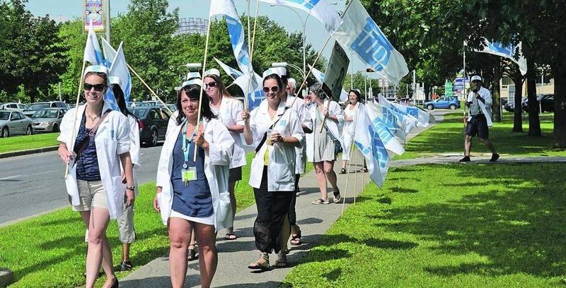 Les syndiquées maskoutaines de la FIQ ont manifesté contre les coupures de 4,7 M$ prévues pour le système de santé à Saint-Hyacinthe.  Photo François Larivière | Le Courrier ©