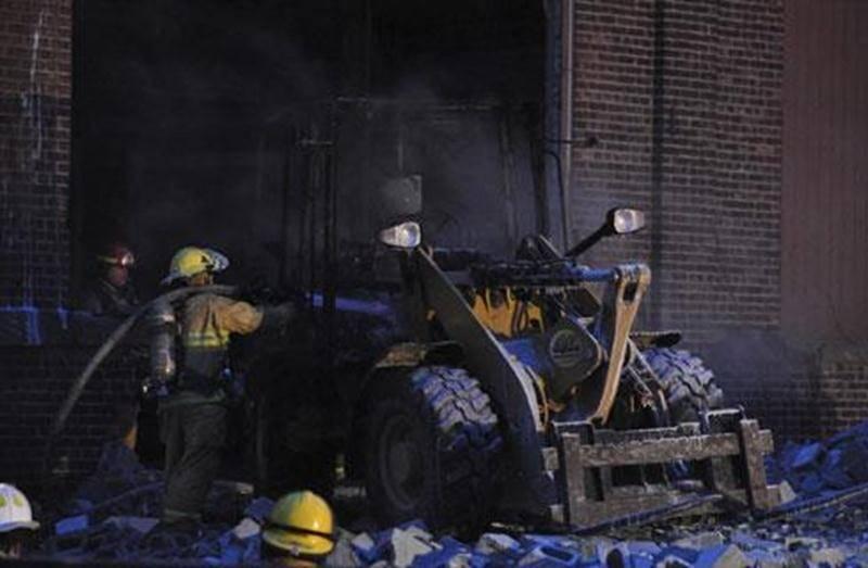 Un chargeur laissé sur le site de l'ancienne usine Goodyear a été la proie des flammes tôt vendredi matin. Il s'agit d'un incendie jugé suspect par la Sûreté du Québec, à qui l'enquête a été transférée. Un technicien en scène d'incendie s'est rendu sur place aux fins de l'enquête. Ce sont les pompiers eux-mêmes qui ont constaté le feu, voyant la fumée à partir de la caserne. Le chargeur était laissé sur place dans le cadre de la démolition de la vieille usine.