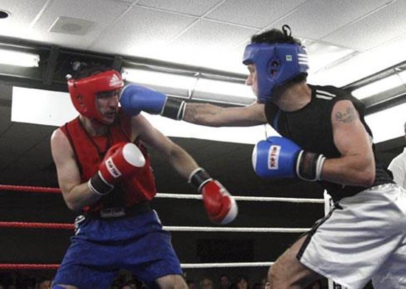 Jean-François André (à droite) a livré un combat impeccable contre Éric Beaulieu. Ses efforts lui ont valu le titre de boxeur de la soirée.
