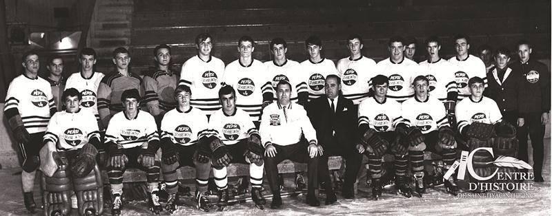 Équipe de hockey Saint-Hyacinthe Pepsi Jr à la fin des années 1960. Bernard Lamontagne est en habit au centre.  Collection Centre d'histoire, CH478.