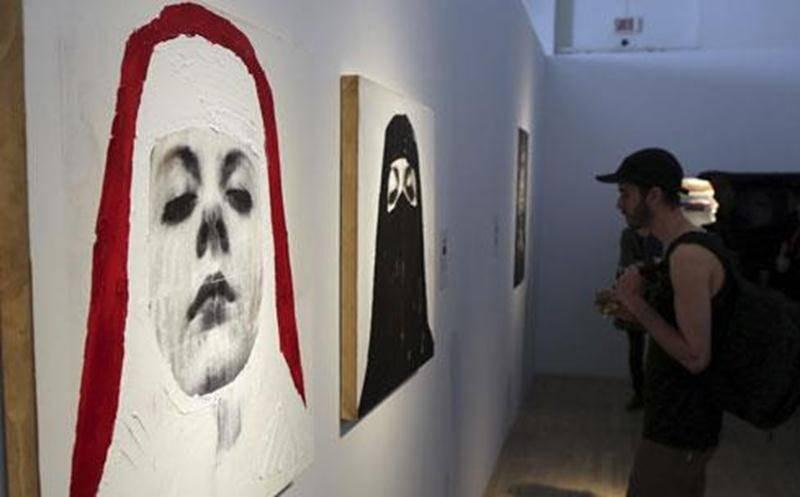 Avec ses toiles, Stéphanie Sun Art établit une comparaison entre le voile porté par les religieuses catholiques et le niqab porté par les femmes musulmanes.