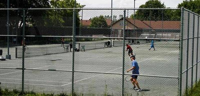 Au Complexe de tennis Services financiers Guy Duhaime (390 av. Vaudreuil) à partir du 5 mai (selon température). Horaire d'ouverture : 16 h 30 à 22 h (sur semaine) et de 9 h à 20 h (sur fin de semaine). Gratuit (15 ans et moins); 15 $ (un court pour non-membre); 5 $ (invité); 40 $ (10 droits de jeu); 60 $ (passe de saison). Réservation au 450 888-2874.