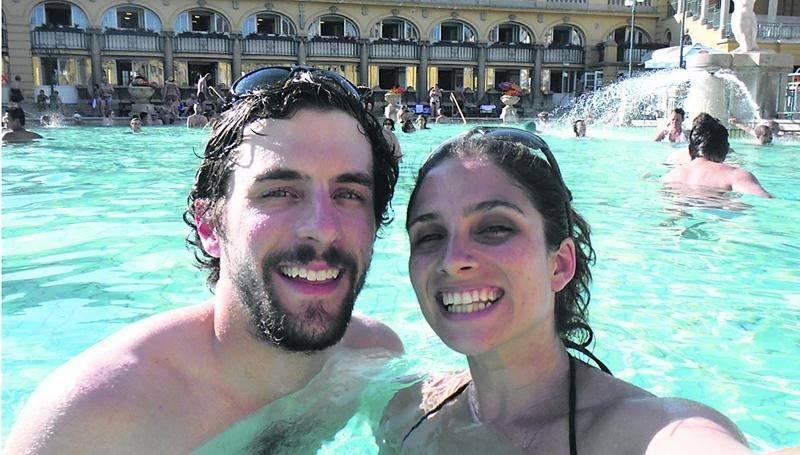 Stéphanie St-Gelais et Alexandre Demers ont grandement profité des bains publics hongrois lors de leur périple dans cinq pays d'Europe de l'Est à l'été 2013. Photo courtoisie
