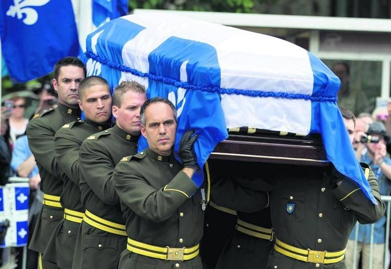 Membre de la garde d'honneur de la SQ, le sergent Mario Côté, de Saint-Hyacinthe, était aux premières loges lors des funérailles de Jacques Parizeau. Il mène le cortège à l'avant-plan, à gauche. Photo Reuters | Christinne Muschi ©