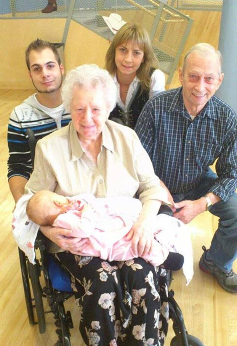 Le 2 septembre, une cinquième génération a vu le jour pour la famille Mc Duff. Océanne comble de bonheur toute la famille et en particulier son arrière-arrière-grand-maman Julie Rioux Mc Duff à l'approche de ses 102 printemps. Elle se dit privilégiée à son âge de connaître et de tenir son arrière-arrière-petite-fille de 1 mois. On retrouve à ses côtés son fils Jacques Mc Duff, en haut à gauche, sa petite-fille Édith et son arrière-petit-fils Junior Mc Duff.