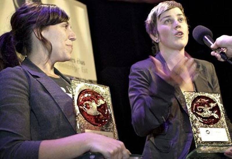 De gauche à droite: Ève Panneton, récipiendaire du prix de la meilleure fiction et Audrey F. Laurencelle, gagnante des catégories meilleur documentaire et choix du public.