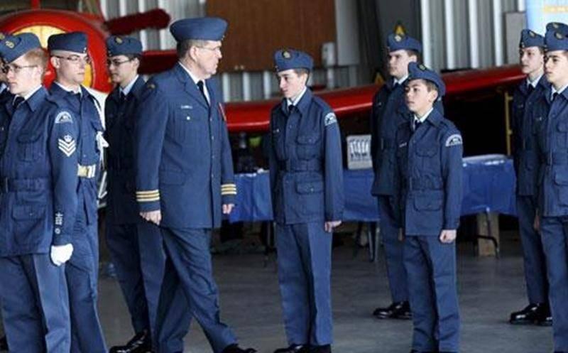 La 17 e revue annuelle de l'Escadron953 Saint-Hyacinthe s'est déroulée récemment sous la présidence d'honneur du lieutenant-colonel Rioux, ancien commandant des camps d'été de Bagotville. Les cadets et cadettes de l'air se sont exécutés en présence de parents, d'amis et de plusieurs dignitaires.