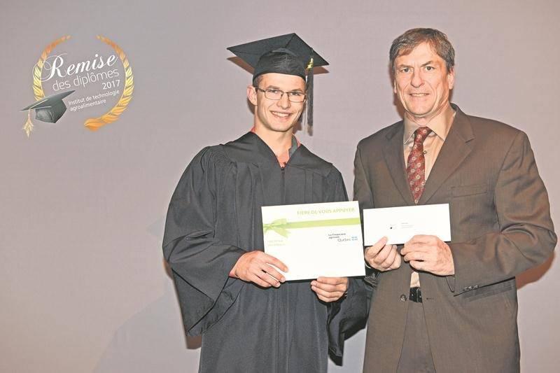 Didier Ruel recevant le prix de La Financière agricole du Québec par Pierre Girouard, directeur territorial. M. Ruel est également récipiendaire d'une médaille du MAPAQ.