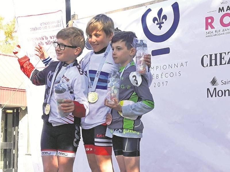 Les Maskoutains Louis-Charles Brouillard (à gauche) et Nathan Cadieux (à droite) sur le podium de la classe atome au championnat québécois. Photo Courtoisie