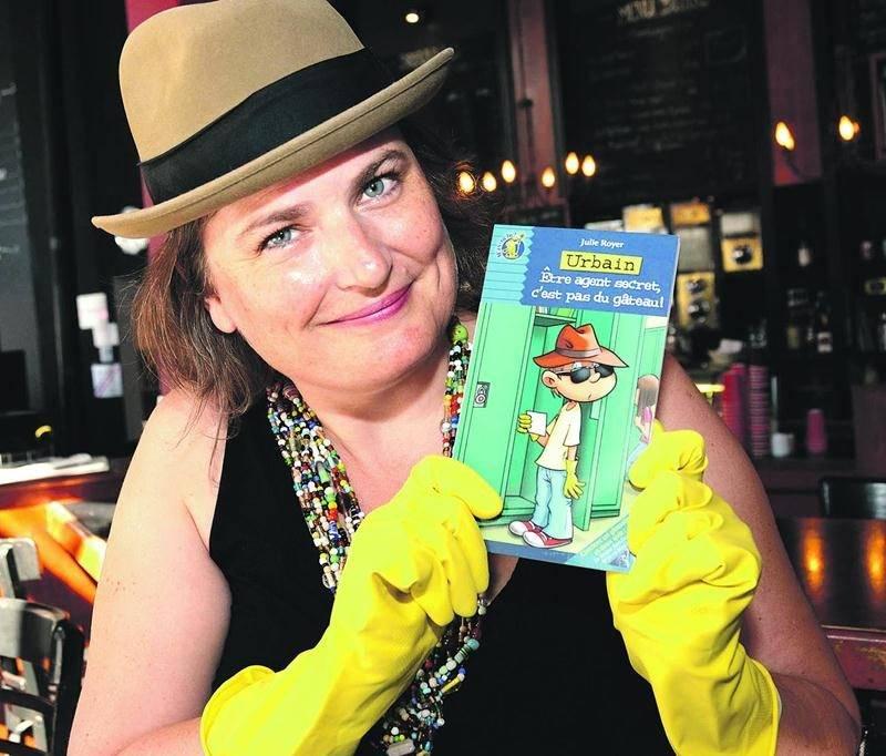 Julie Royer et son nouveau livre jeunesse Urbain : Être agent secret, c'est pas du gâteau! Photo François Larivière   Le Courrier ©