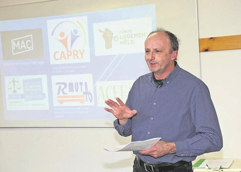 Roger Lafrance, de l'ACEF-Montérégie-est, au cours de la conférence de presse tenue par six organismes en défense des droits qui dénoncent un sous-financement par l'État.  Photo Robert Gosselin | Le Courrier ©