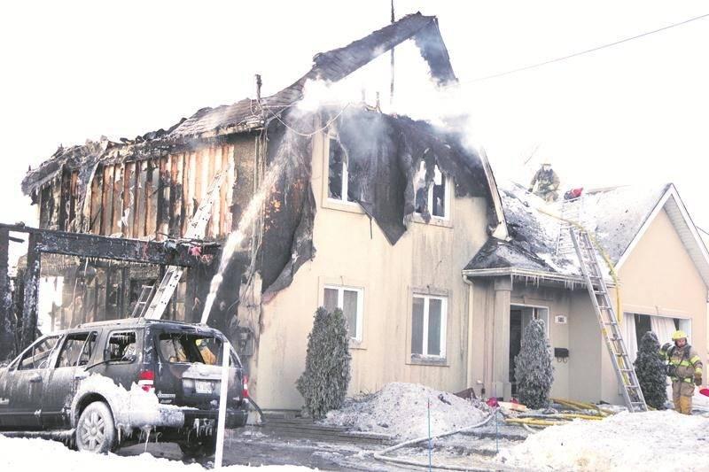 Vers 16 h, il ne restait plus que des ruines calcinées et fumantes de la résidence de l'avenue de la Promenade détruite par un incendie le 27 décembre. Photo Dominique St-Pierre
