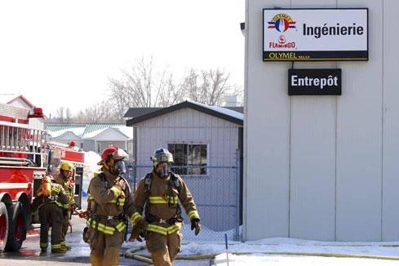 Un incendie a tenu en haleine des dizaines de pompiers, mercredi, à l'usine Olymel de Saint-Valérien. Sur l'heure du dîner, des employés ont entendu une déflagration avant d'être plongés dans le noir par une panne d'électricité. Rapidement, ils ont constaté qu'un incendie faisait rage dans le toit de la partie arrière de l'usine. Personne n'a été blessé. Une dizaine de services incendie ont été appelés en renfort pour maîtriser le brasier. L'usine Olymel de Saint-Valérien avait cessé ses opérati