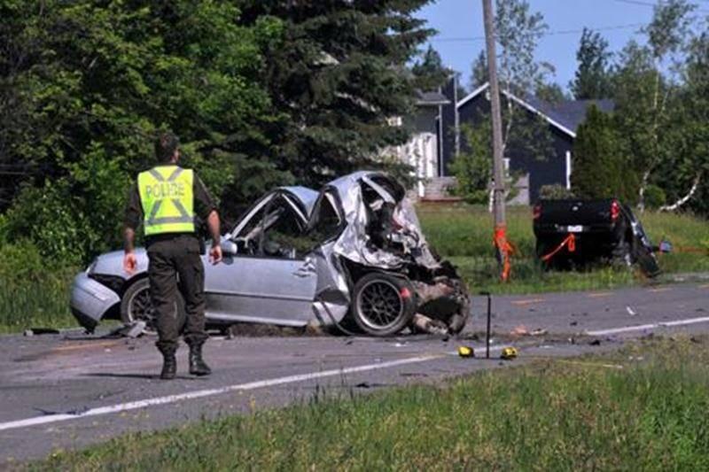 Trois des quatre passagers sont décédés à la suite d'un accident survenu avec une camionnette, le quatrième lutte présentement pour sa vie. Le véhicule était immobilisé sur la 122 à Saint-Edmond-de-Grantham lorsqu'une camionnette a percuté le derrière de la voiture. Le conducteur de la camionnette comparaîtra le 9 septembre pour conduite dangereuse ayant causé la mort.