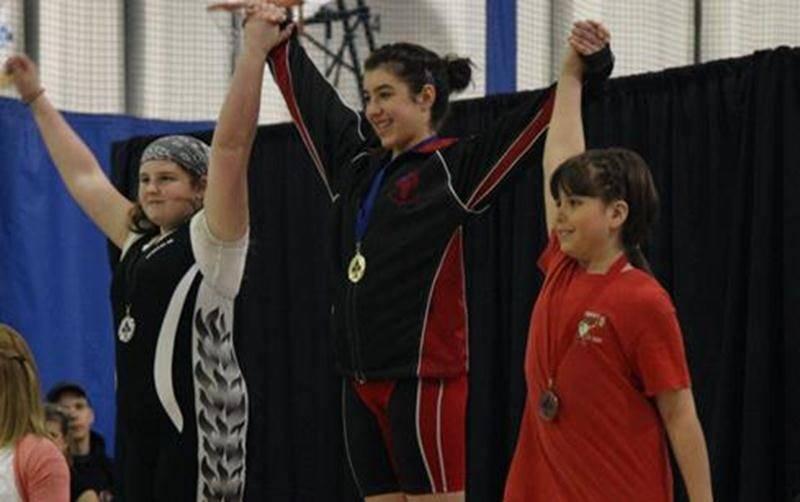 Tali Darsigny (au centre) a pris le deuxième rang de la compétition des Jeunes Louis-Cyr, toutes catégories d'âge et de poids confondues.